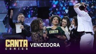 Débora Pinheiro se surpreende ao descobrir que é a vencedora do Canta Comigo