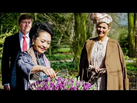 Peng Liyuan is showering tulips with champagne !