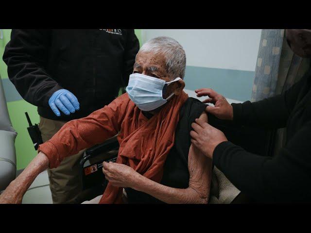 El Sr. Chimil, un zapoteco de 98 años, recibe su primera vacuna contra el COVID-19
