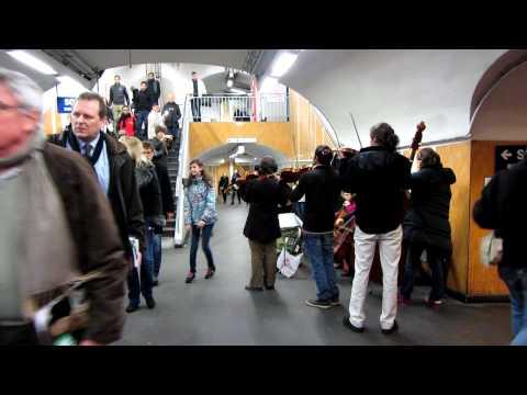 Le Metro:  Paris a Chatelet