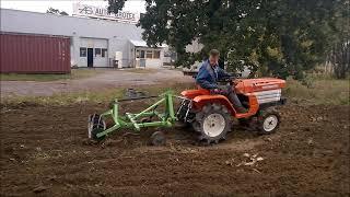 Traktorek ogrodniczy Kubota B1400  z  kultywatorem. Trawnik na ziemi za darmo :)