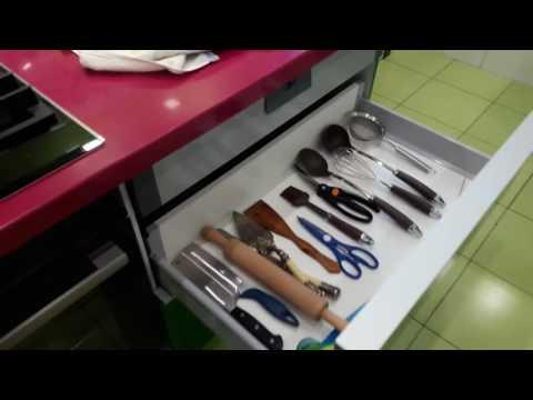 Кухня Фасад Мдф покрака Зеленая эмаль и ДСП   . Фурнитура Blum . Столешница кварц silestone .