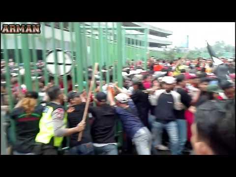 The Jak Mania Bikin Ulah Di Stadion Patriot