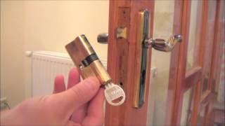 видео Замена дверных замков. Как снять замок с двери