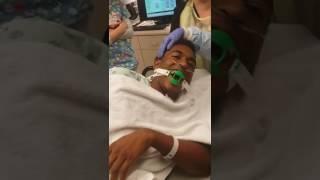 Un homme lutte contre le sommeil après une anesthésie générale