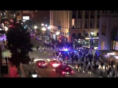Полицейская машина въехала в толпу протестующих в США — видео