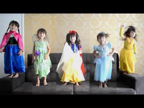 Fui Clonada! Five little babies jumping on the bed - Songs Kids - HELENA PRADO