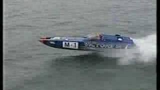 Powerboat vliegt en crasht...