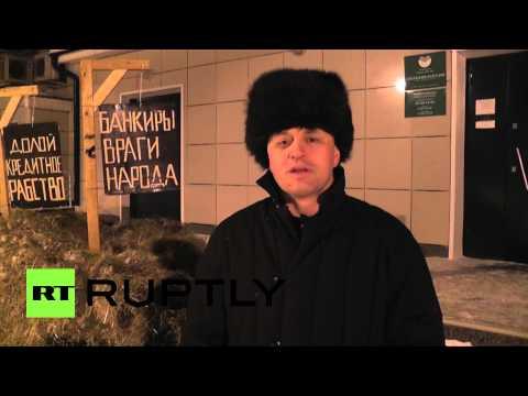 Новосибирский фермер высыпал телегу навоза перед отделением Сбербанка
