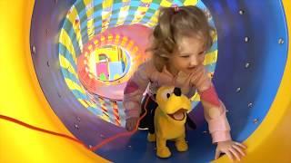 Милусик Ланусик играет с собачкой в развлекательном центре