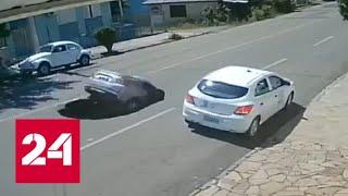 Двухметровый провал от самосвала поглотил легковой автомобиль. Видео - Россия 24