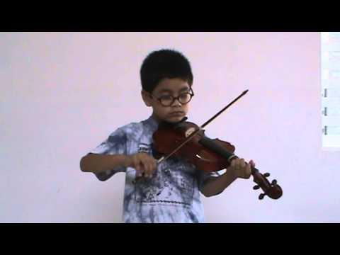 Iñigo Flores, alumno de Sarabanda, interpreta Allegretto del Libro I de Suzuki