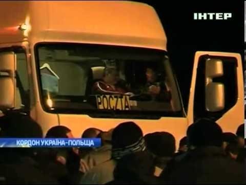 На украино-польской границе построили баррикады и по...