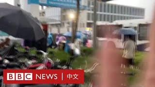 恒大爆雷:討債人被抬上警車 便衣擋鏡頭 女士冒雨喊「我連乞丐都不如」- BBC News 中文