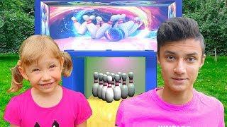 Alena y Pasha juegan bolos - juegos activos para niños al aire libre