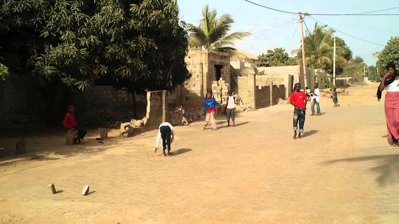 Jugando Al Futbol En La Calle Cerca De Senegambia Gambia Youtube