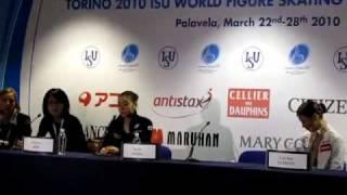 キムヨナのひどすぎる態度 携帯いじり&唾吐き トリノ世界選手権2010 thumbnail