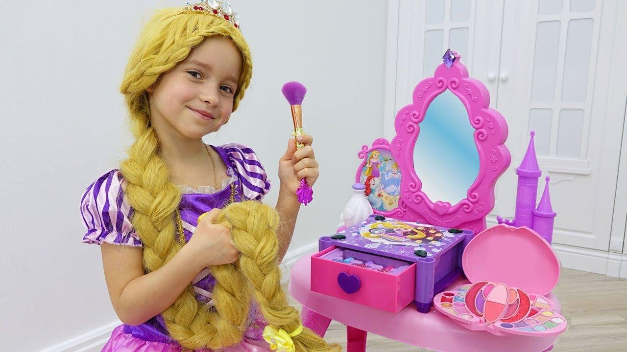 София как Рапунцель наряжается и делает Макияж / Sofia pretend to be a Princess Rapunzel