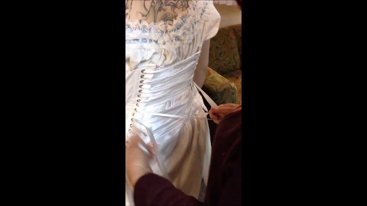 how to put on a corset with hooks