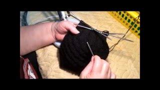 Вязание мужской шапки спицами. Легко и красиво.(Oбучающее видео как связать мужскую шапку., 2015-12-17T19:54:23.000Z)