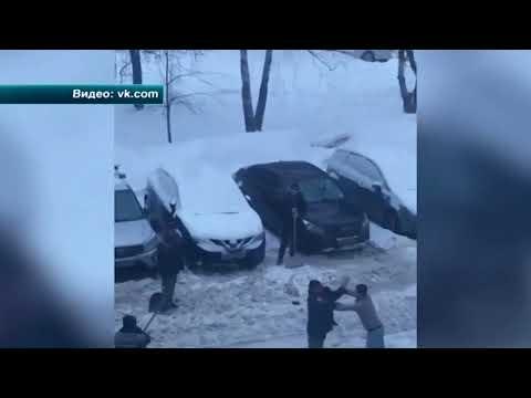Драка московских дворников из-за лопаты попала на видео