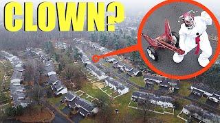 طائرة بدون طيار تصطاد مهرجًا مجنونًا داخل مدينة أشباح مهجورة سرية في وسط الغابة !!