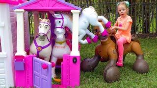 Nastya malt Spielhaus in rosa Farbe