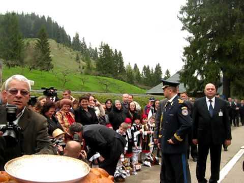 SpreVest.RO Copii de la Putna îl întâmpină pe Băsescu și Ghimpu