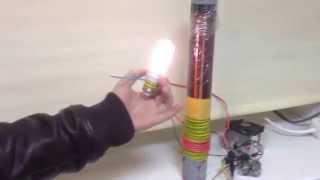 Катушка Тесла своими руками. Лампочка горит на расстоянии от источника(Катушка Тесла включает лампочку на расстоянии и весь фокус в том, что она горит без контакта с проводами...., 2015-10-13T16:10:50.000Z)