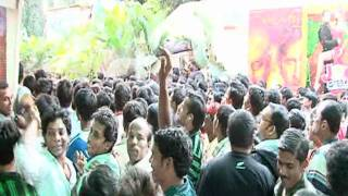 Hrithik Roshan And Sanjay Dutt Mobbed By Fans - Latest Celeb News