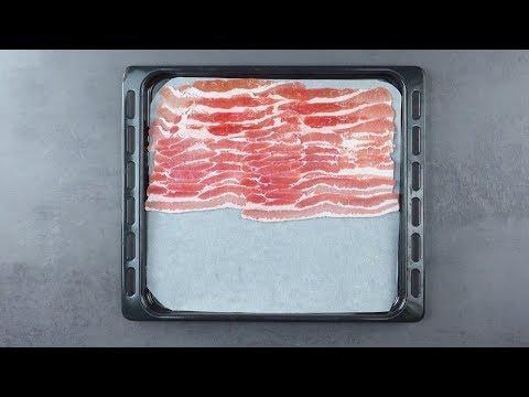 Lege 20 Scheiben Bacon auf ein Backblech. Nach 15 Min im Ofen wird's extra knusprig.