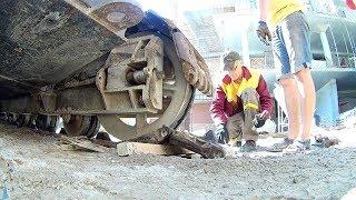 Жөндеу шынжыр табанды кран. Ауыстырды поломанный трак. / Crawler crane repair. trak change