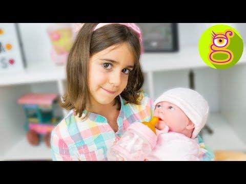 La Bebé REBORN de LARA toma su primer BIBERÓN 🍼 y le ponemos NOMBRE - Muñeca Reborn Alicia