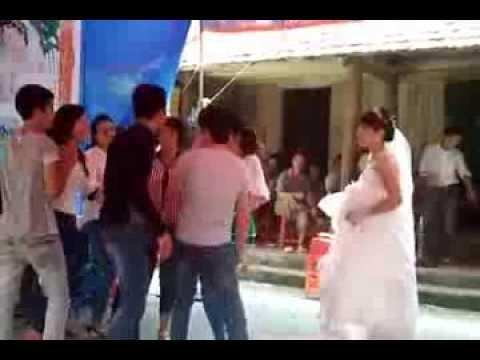 Cô dâu  lắc  nhạc sàn cực sung ở đám cưới quê