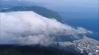 晴天続きの後の梅雨入りの雨で、大洲平野に霧が溢れて肱川沿いに流れ下って居ました。
