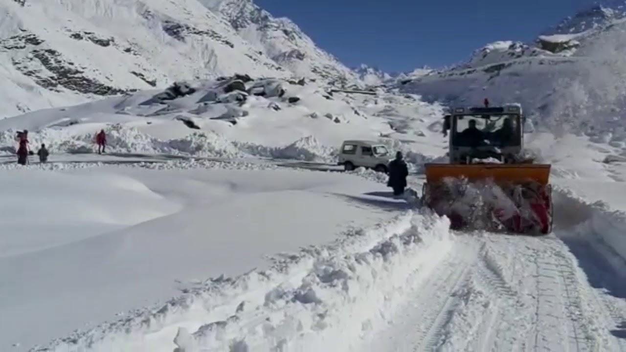 Snowfall blocks Manali-Leh Highway | Clearing snow from Ladakh road | Discover Leh Ladakh