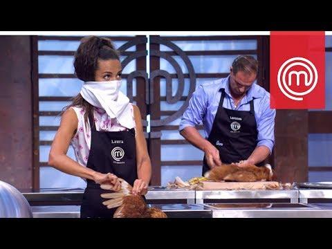 Laura Barriales non riesce a spennare la gallina | Celebrity MasterChef Italia 2