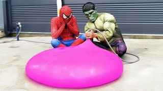 Spider Man Hulk Popping Giant Water Balloons!