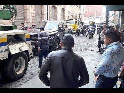 Multan a líder de Bomberos por conducir en sentido contrario Video