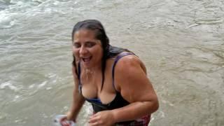Con los amigos y Gladis la Sirenita disfrutando de un baño mientras laba los