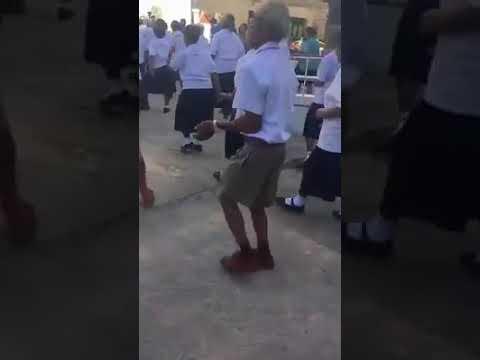 Orang tua menari lagu Tak tun tuang