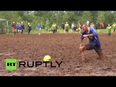 Под Петербургом прошел чемпионат по болотному футболу