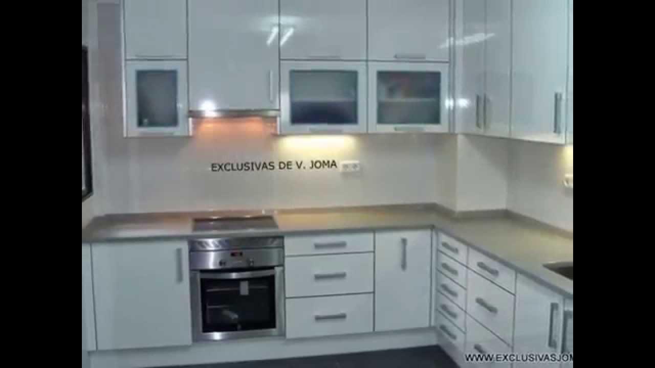 Muebles de cocina con canto en acero y encimera silestone gris for Muebles para encimeras