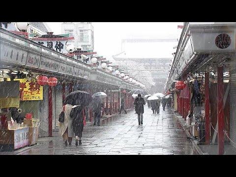 euronews (deutsch): Coronavirus-Krise: Schneefall in Tokio sorgt für leere Straßen