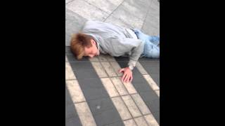 накачанный бухой красавчик падает со скейта