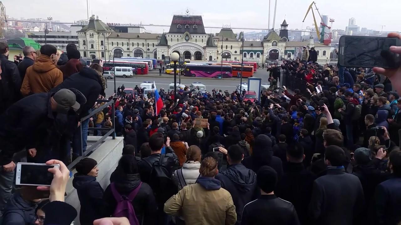 Неизвестный ударил ОМОНовца во время акции протеста в Москве,пока одного для начала(ВИДЕО)