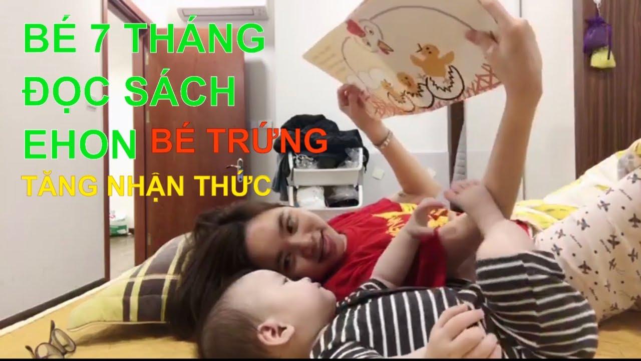 Mẹ và bé 7 tháng tuổi cùng đọc sách EHON BÉ TRỨNG vui vẻ tăng nhận thức