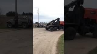 УАЗик вытаскивают из воды в поселке Краснооктябрьский
