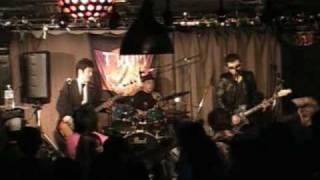 中津市トロピココカフェ 2010/04/03 丸腰 「DOGGY DOG DEE」のギタリス...