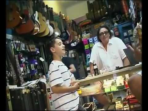 Un enfant de 9 ans entre dans un magasin de guitare et chante... Génial.